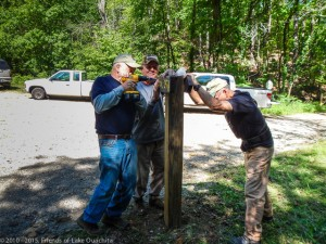 """Traildogs installing a new directional sign at the junction of FS47 and FS47A (34°32'41"""" N 93°23'20"""" W)"""